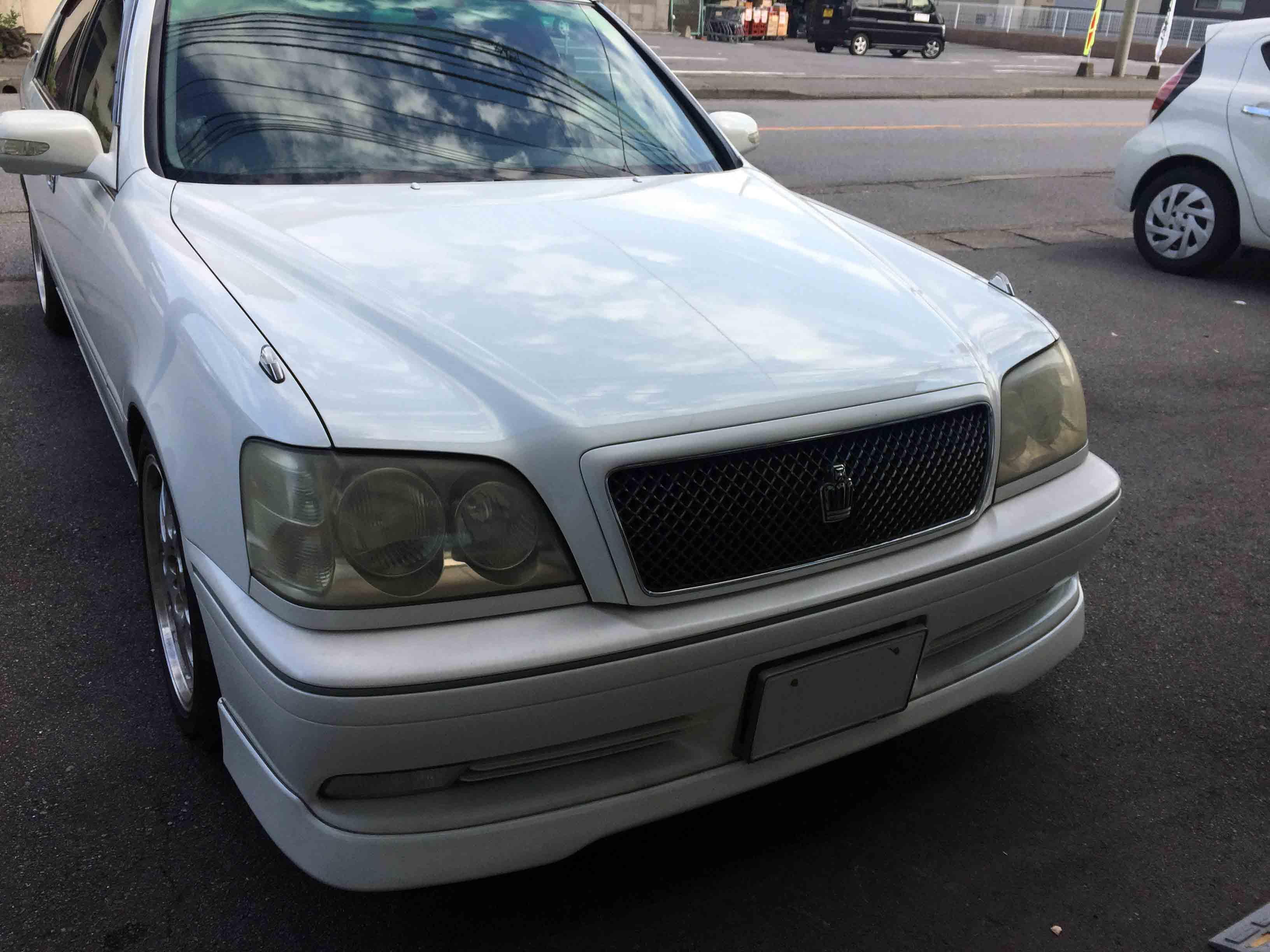トヨタ17系クラウンの劣化し黄ばみやくすみが発生したヘッドライトで見た目の印象も悪くなってしまいます