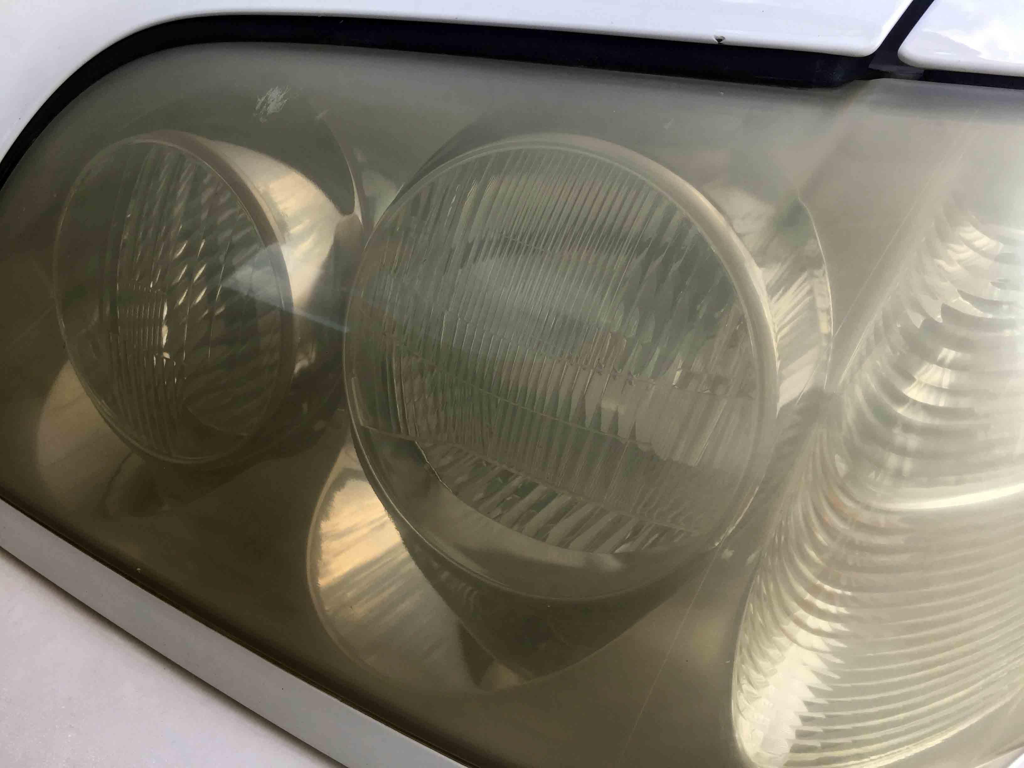 トヨタ17系クラウンの劣化し黄ばみやくすみが発生したヘッドライトレンズ