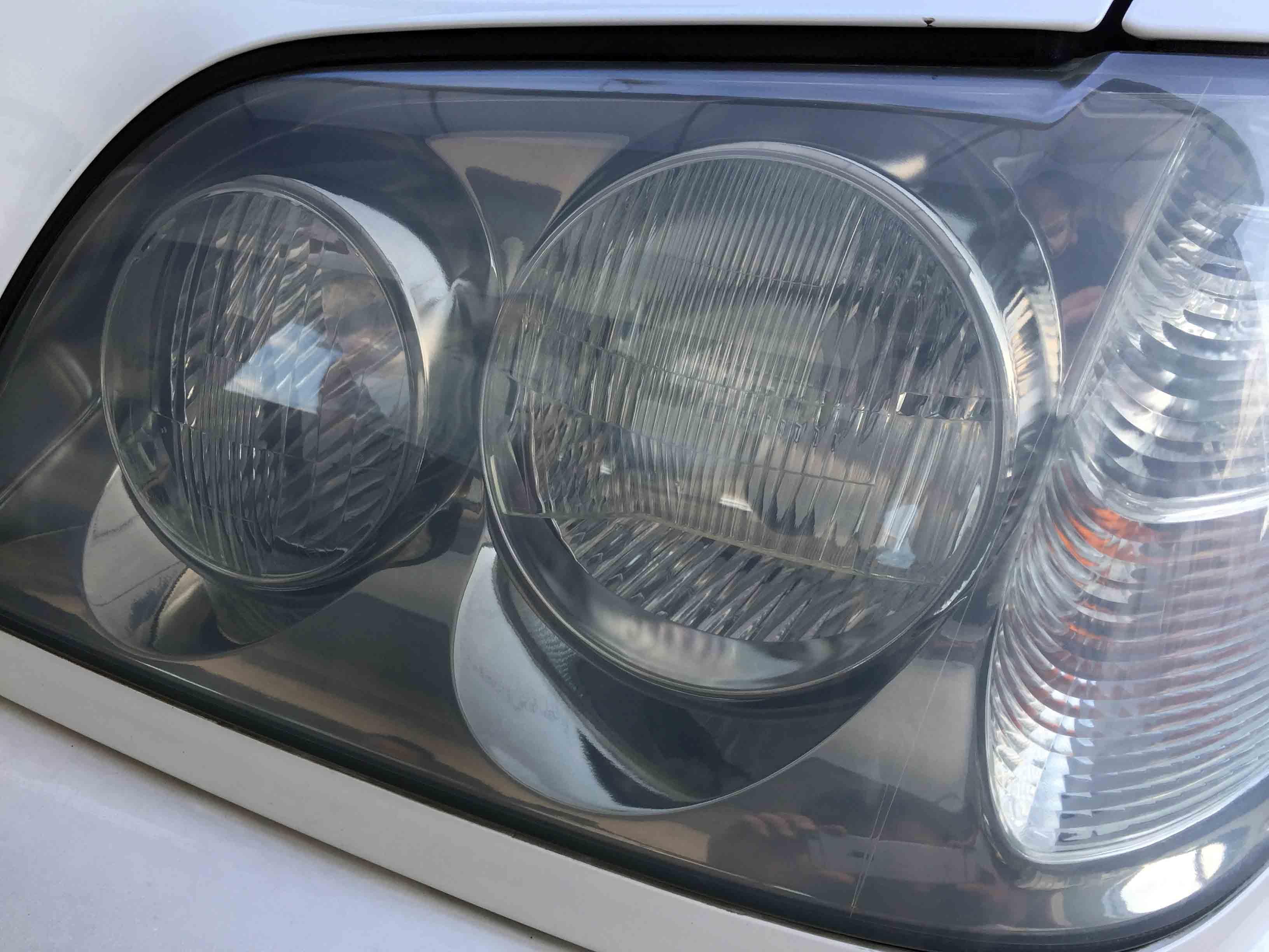 トヨタ17系クラウンのヘッドライトが重度の劣化のために素材自体が白濁しています