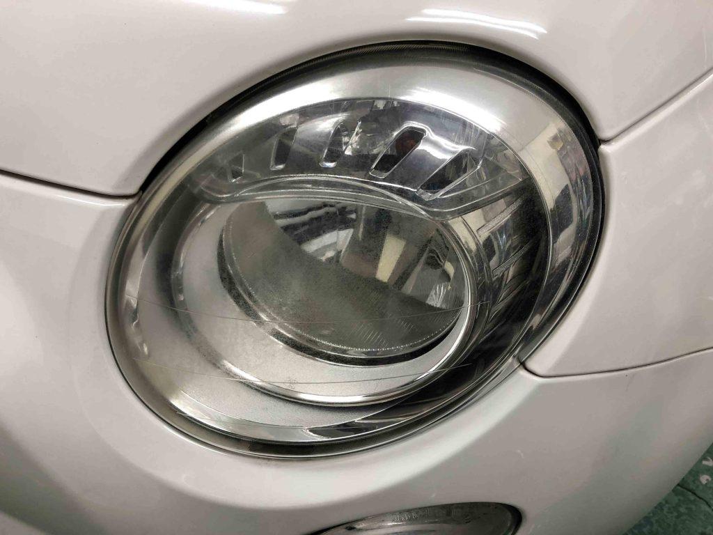 FIAT500のヘッドライトレンズが劣化し全体に黄ばみが発生しています