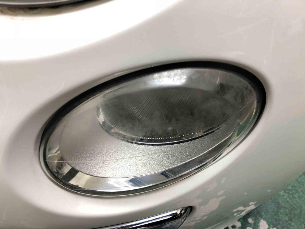 FIAT500のハイビーム側ライトレンズが劣化し全体に黄ばみが発生しています