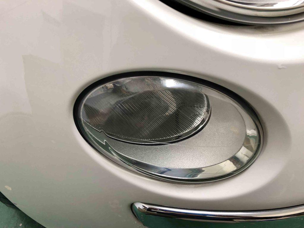 FIAT500のハイビーム側ライトレンズが劣化しハードコート層にクラックが入っています