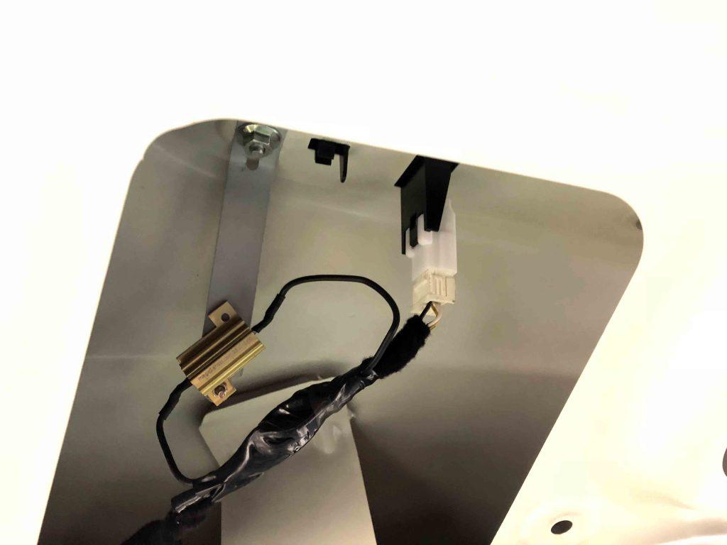 FIAT500のライセンスランプをLED化し玉切れ警告点灯対策にキャンセラーを取り付けます