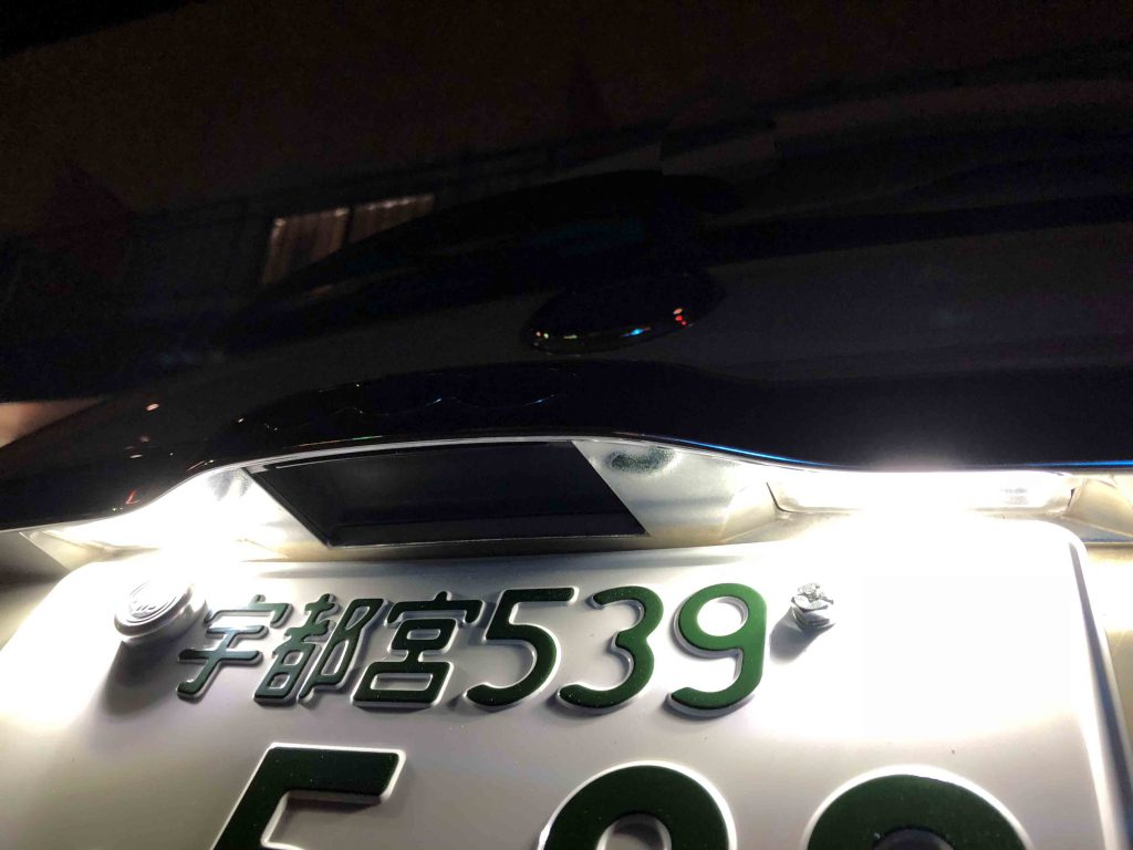 FIAT500のライセンスランプをLED化し電球色から白色に変わりました