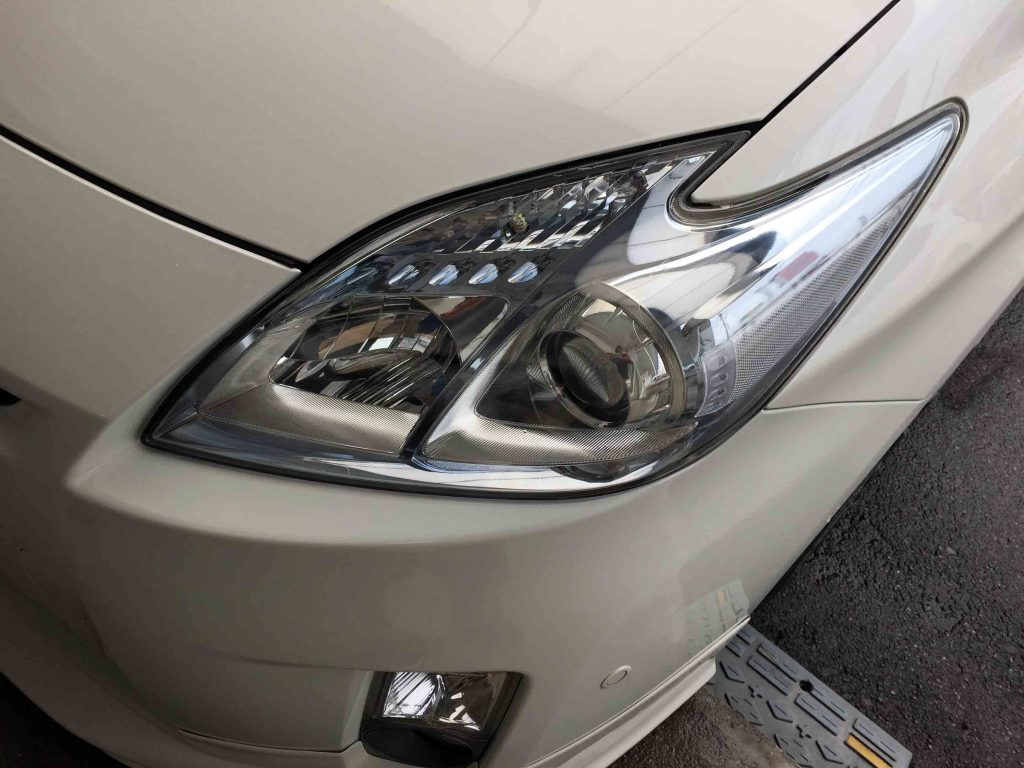 トヨタ30系プリウスヘッドライトレンズのくすみや黄ばみが除去されクリアーなレンズへ復活です