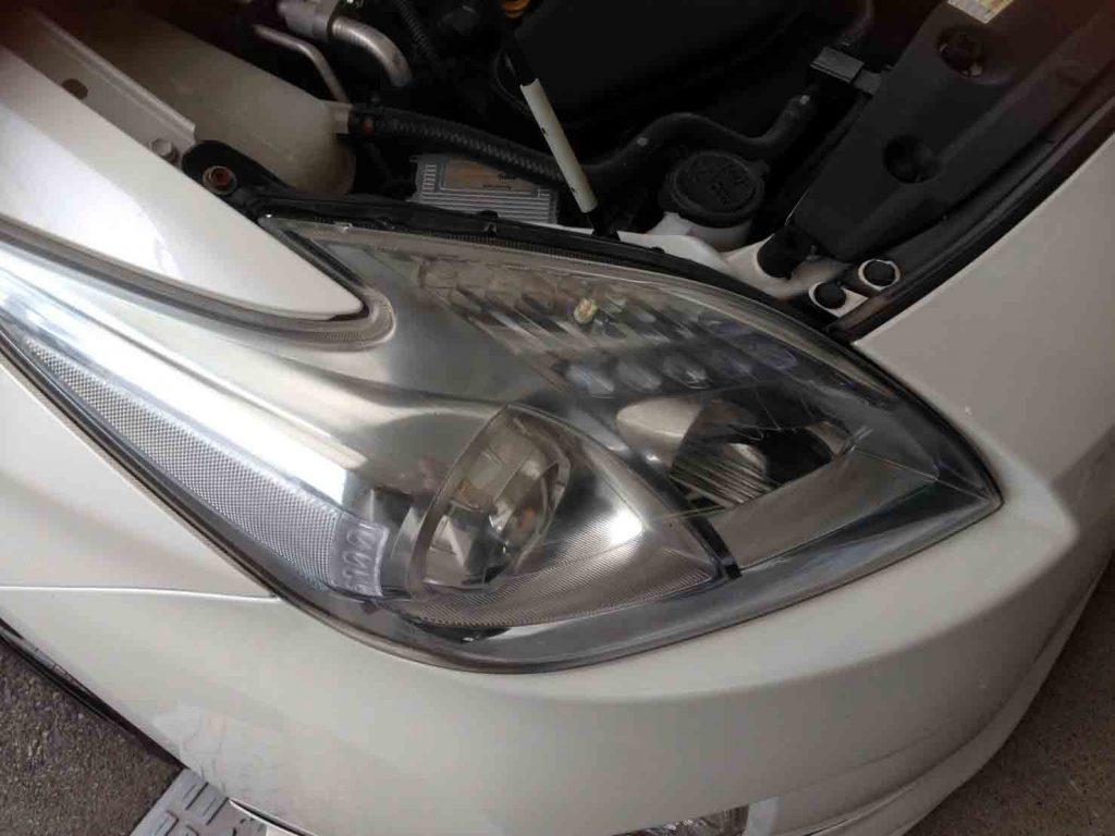 トヨタ30系プリウスヘッドライトレンズ表面が劣化し黄ばみやくすみが発生しています
