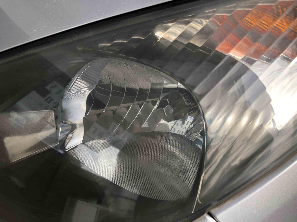 トヨタエスティマのヘッドライトが黄ばみ内部がくすんで見えます