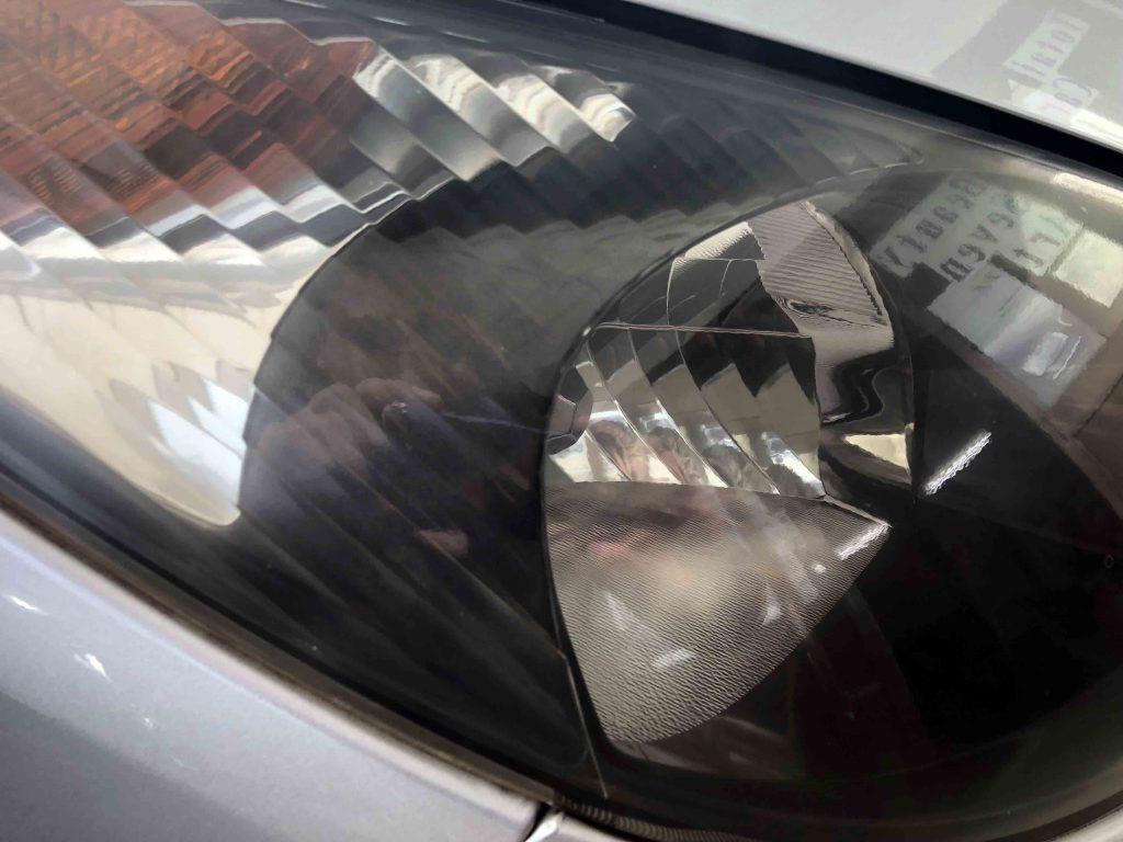 トヨタエスティマのヘッドライト劣化によるくすみでぼやけた印象になっています