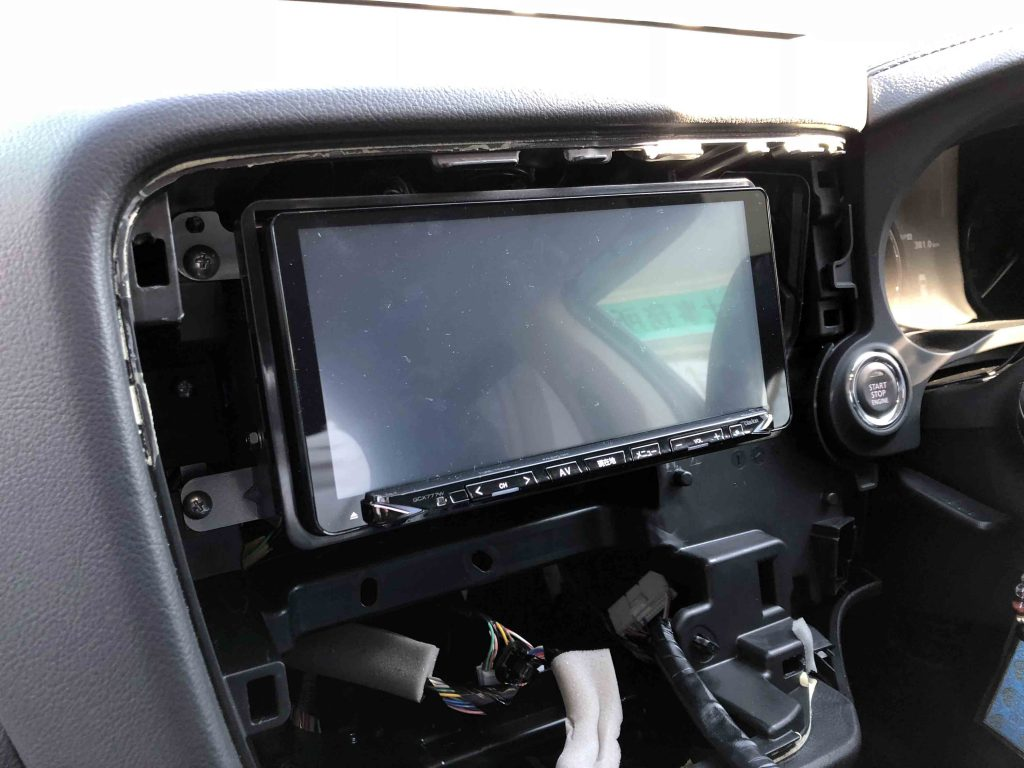 三菱アウトランダーディーラーオプションナビMZ609736(NX777W)を取り外します。