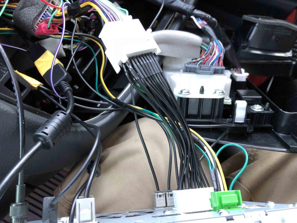 三菱アウトランダーディーラーオプションナビMZ609736(NX777W)へ専用TVハーネスを取り付けます