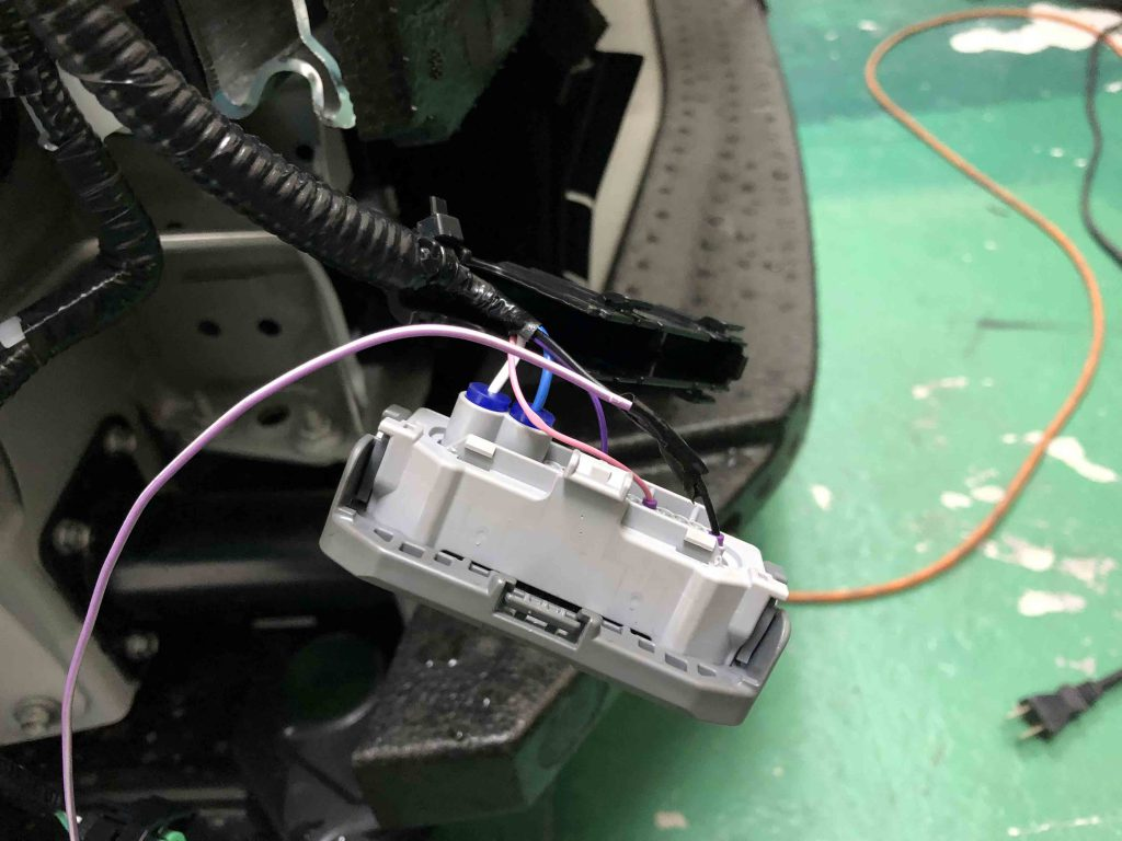 トヨタCH-Rのヘッドライトユニットのカプラーからウインカー配線を分岐