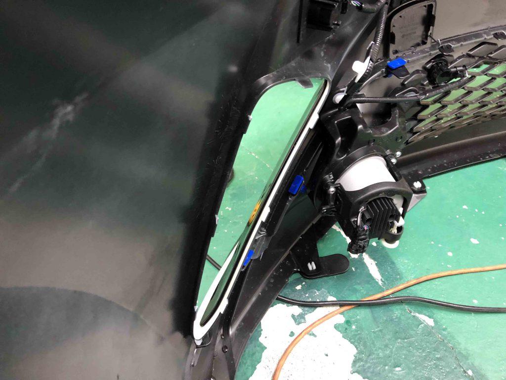 トヨタCH-Rのバンパーからカバーを外します