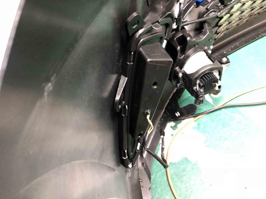 トヨタCH-Rのバンパーへウインカー連動デイライトユニット本体を固定します