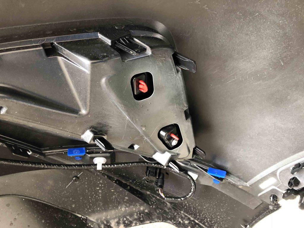 トヨタCH-Rのリアバンパーを外してリフレクターを交換します