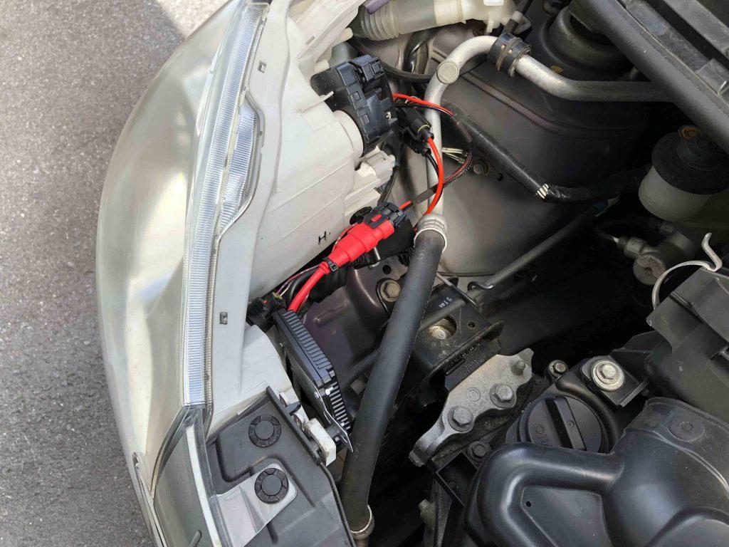 ダイハツミラヘッドライト運転席側へ取り付けたHIDキット