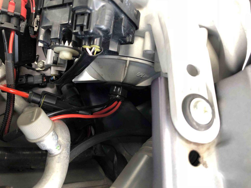 ダイハツミラヘッドライト裏蓋へ穴開けしバーナーの配線を通します