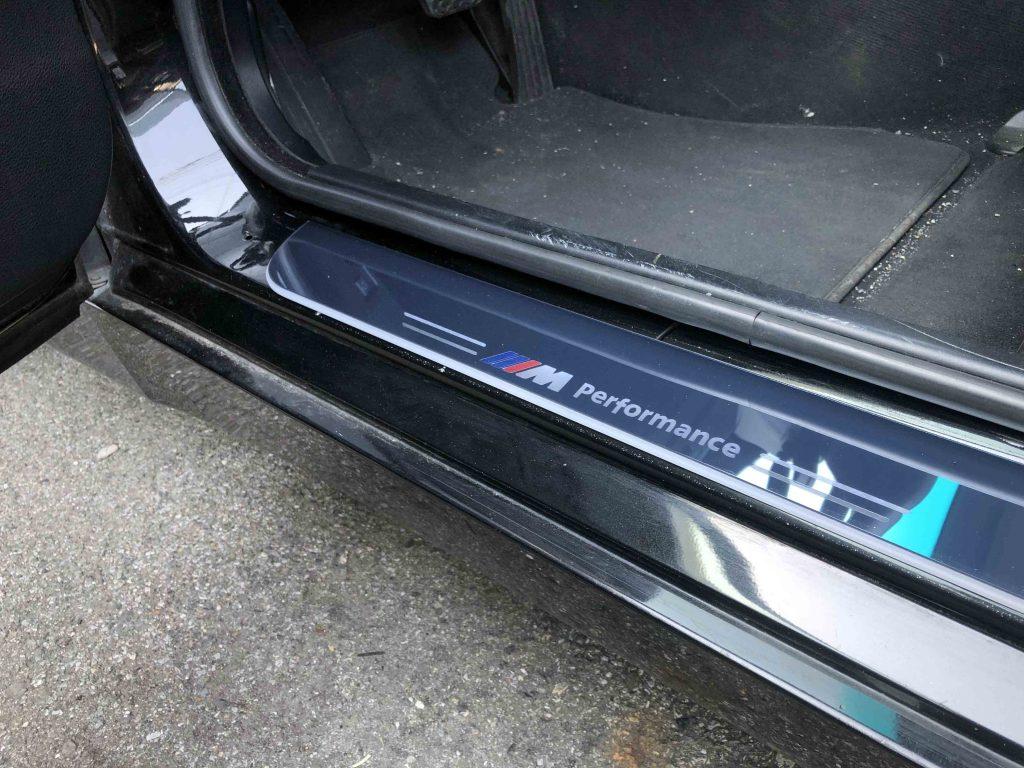 BMW E60 5シリーズへムービングLEDスカッフプレート取り付け時の点灯していない状態