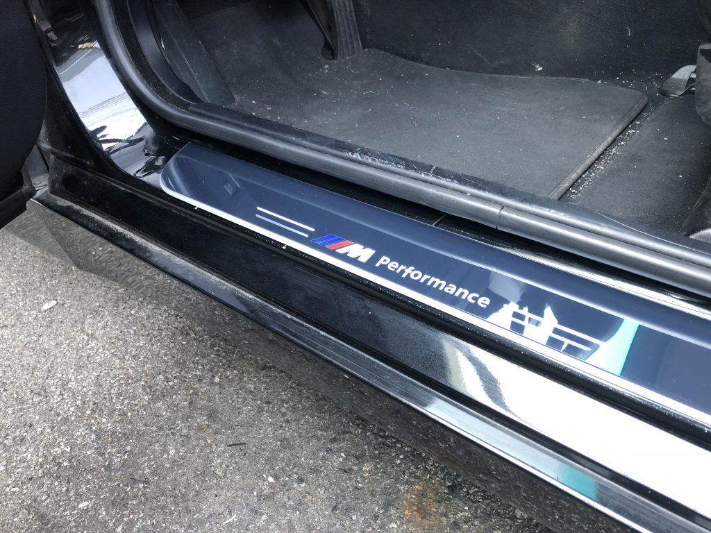 BMW E60 5シリーズへムービングLEDスカッフプレート取り付け時の点灯状態