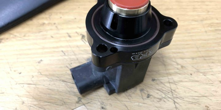 VW ゴルフヴァリアントの純正ディバーターバルブへ強化キット GFB DV+T9351のパーツを組み込みます